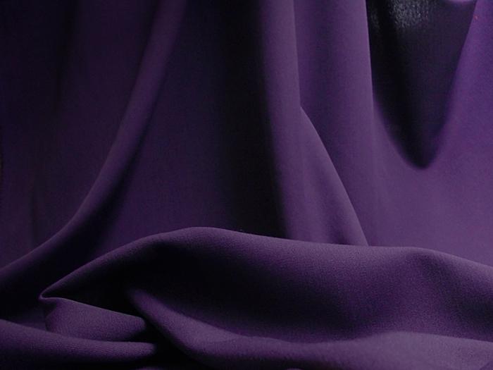 Stretch gabardine. Polyester and elastane.