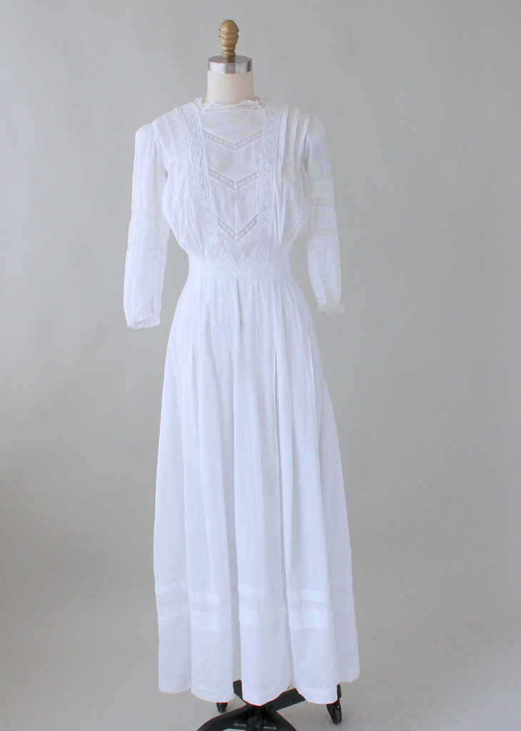 Summer dress from 1910, made with cotton lawn. Source: RaleighVintage.com